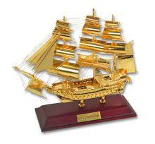 Макет корабля на деревянной подставке